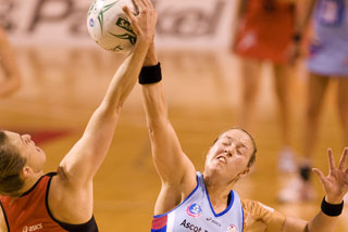 Tactix Goal Keep Charlotte Knight and Southern's Wendy Frew compete for the ball (Photosport)