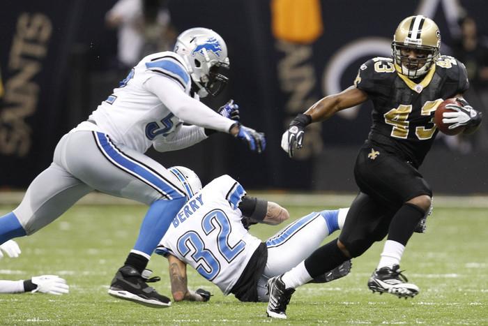 New Orleans Saints running back Darren Sproles (R) avoids Detroit Lions outside linebacker Justin Durant (Reuters)