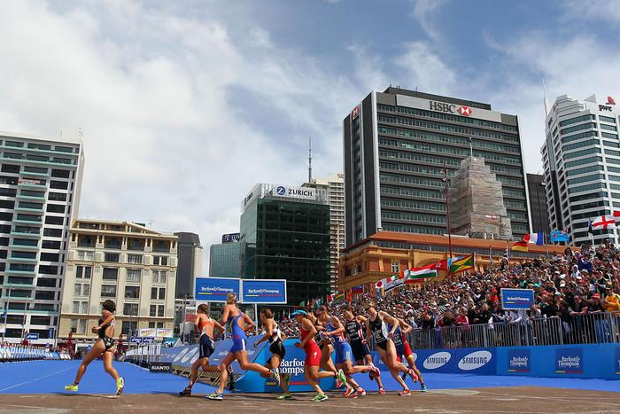 The Elite women run past a cheering crowd on Saturday (Photosport)