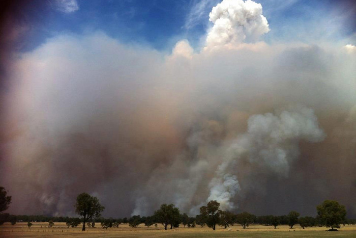 A bushfire in the small community of Glenisla bordering the Grampians National Park in Victoria (AAP)