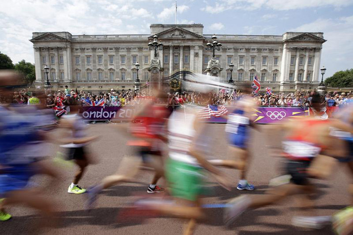 Athletes run past Buckingham Palace during the men's marathon in the London 2012 Olympic Games (Reuters)