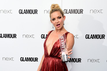 Kate Hudson holds her 2015 Glamour Women of the Year Award (AAP)