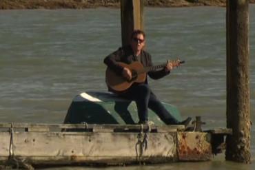 The singing farmer (Newshub.)