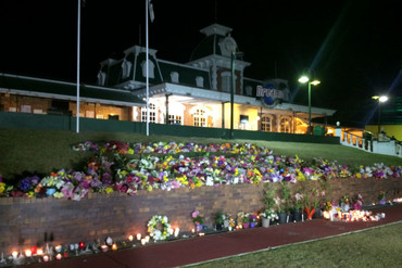 Candles burn outside the entrance of Dreamworld (Newshub.)