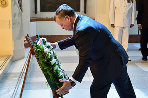King Abdullah II laying a wreath at the National War Memorial in Wellington (Getty)