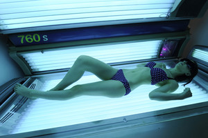 Researchers are calling for New Zealand to follow Australia's lead in banning all commercial sunbeds (AAP)