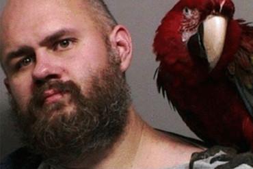 Oregon jailbird gets mugshot taken with pet macaw