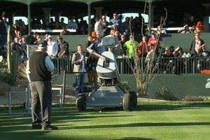 Video: Robot hits hole-in-one at golf tournament