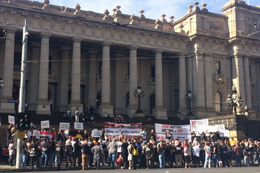 Protesters outside Parliament (Sophie Lowery / Newshub.)