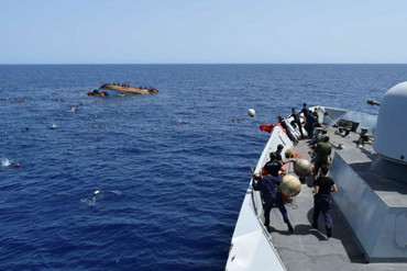 Migrants rescued from capsized boat during rescue operation by Italian navy ships off Libyan coast ((Marina Militare / Reuters)