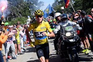 Video: Chris Froome crashes, starts running in Tour de France