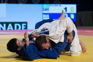 Tagir Khaibulaev of Russia (blue) is thrown down by Kayla Martin Pacek of Sweden (Getty Images)