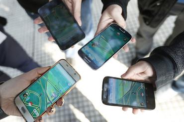 Pokémon players gather to play (Getty)